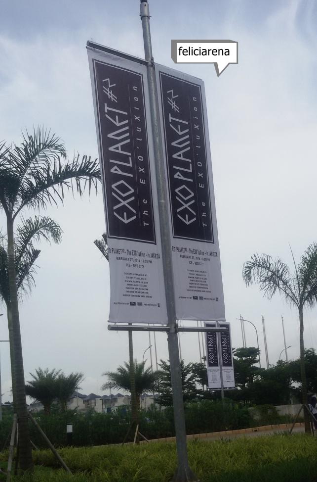 Banner The EXO'luXion yang sudah terpasang di ICE sejak beberapa hari sebelum konser.